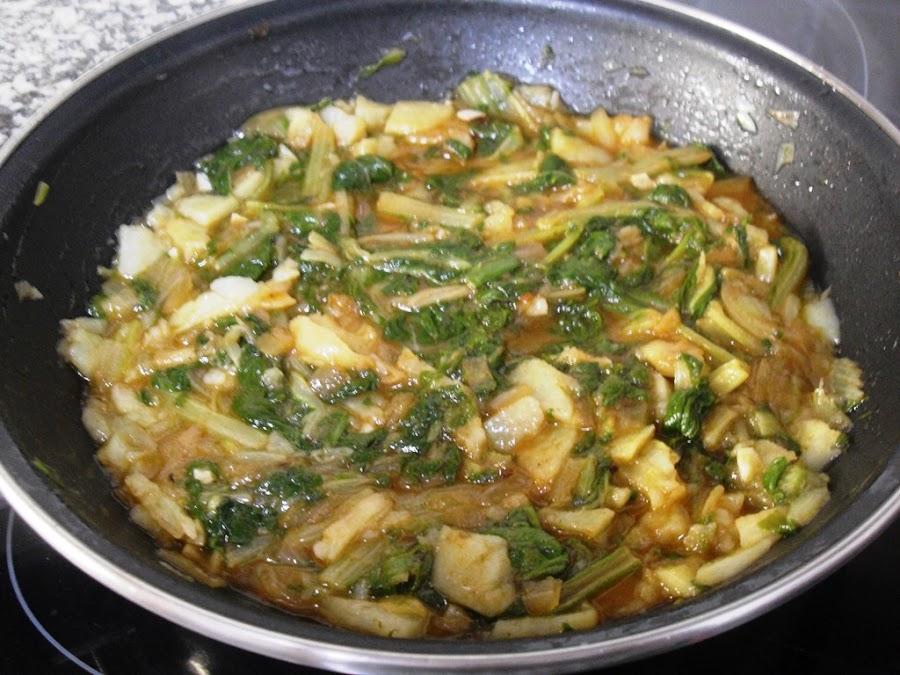Acelgas mezcladas con sofrito de patatas, cebolla y ajo