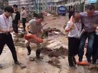 Tengok Lokasi Banjir, Pejabat China Minta Digendong Seperti ini, Akhirnya Dipecat Setelah Fotonya Viral