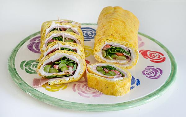 Low Carb Rolle gefüllt mit grünem Spargel, Erdbeeren und Kochschinken