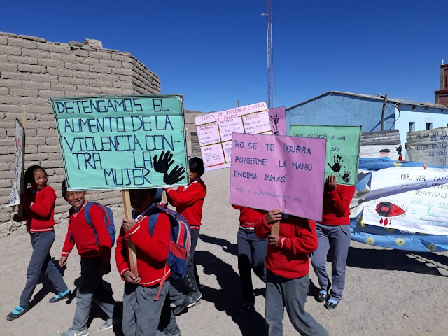 """Unsere Schülerinnen und Schüler haben Plakate gegen die sogenannte  """"violencia familiar"""" also die mitunter brutalen Übergriffe von den Vätern auf die Mütter wie Schläge und Tritte angefertigt und sind damit durch die Straßen des Dorfes Relave gezogen, das ich besucht habe."""