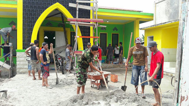 Tingkatkan Kebersamaan dan Gotong-Rotong Babinsa Koramil 1707-09/Kimaam Bersama Masyarakat Rehab Masjid