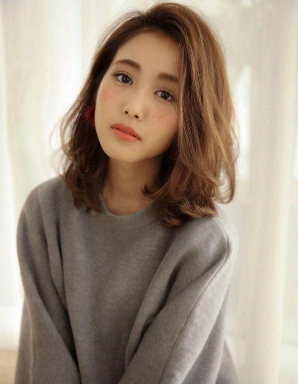 Kiểu tóc nữ đẹp 2021 dài ngang vai uốn xoăn nhẹ