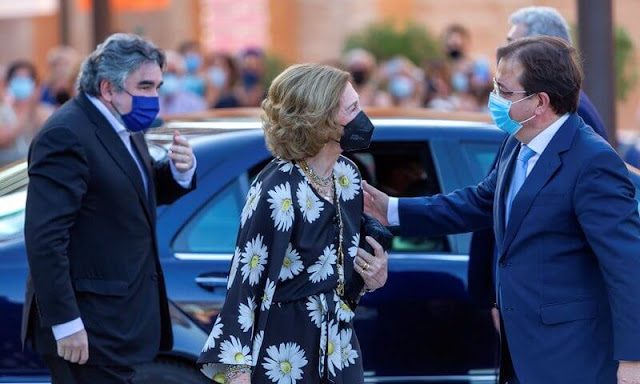The concert kicked off the 67th edition of the Festival de Teatro Clasico de Merida. Queen sofia wore a daisy floral print wrap dress