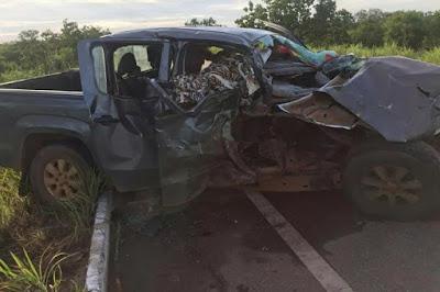 Colisão entre carro e peça de colheitadeira mata mulher