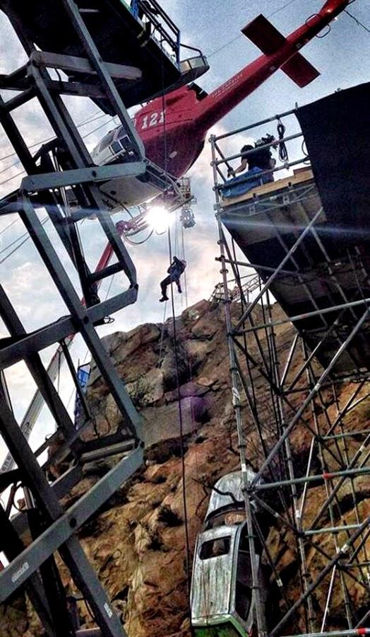 Dwayne Johnson realizând o cascadorie pe platourile de filmare San Andreas
