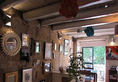 vários quadros de arte numa parede