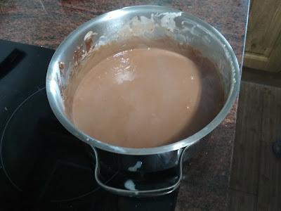 chocolate-leche-mezcla-verter-molde-tarta