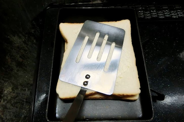 残りの食パンをバターを塗った面を上にしてかぶせる