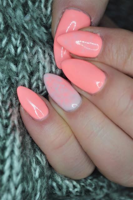 Hybrydowe paznokcie wykonane lakierami marki Neess.Neess Cleo, 7572 koktajlowa kotka 7578 Neonowa Pana Kota
