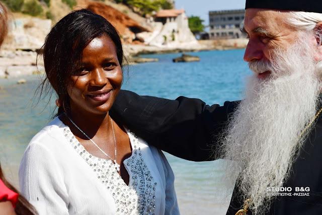 Κενυάτισσα στην Αργολίδα βαπτίστηκε Ορθόδοξη Χριστιανή μέσα στην θάλασσα (βίντεο)
