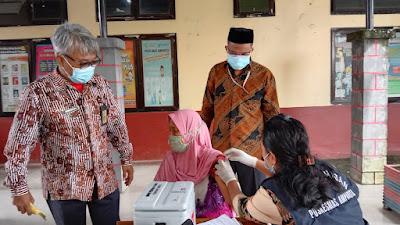 Vaksin Dianggap Aman dan Halal,  Lansia Imariang  Ikut Program Vaksinasi
