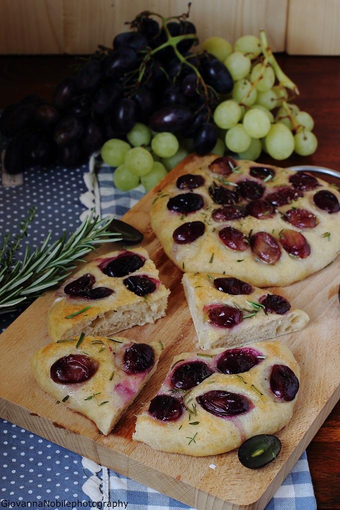 Focaccine di farina semi integrale con uva nera, rosmarino e timo