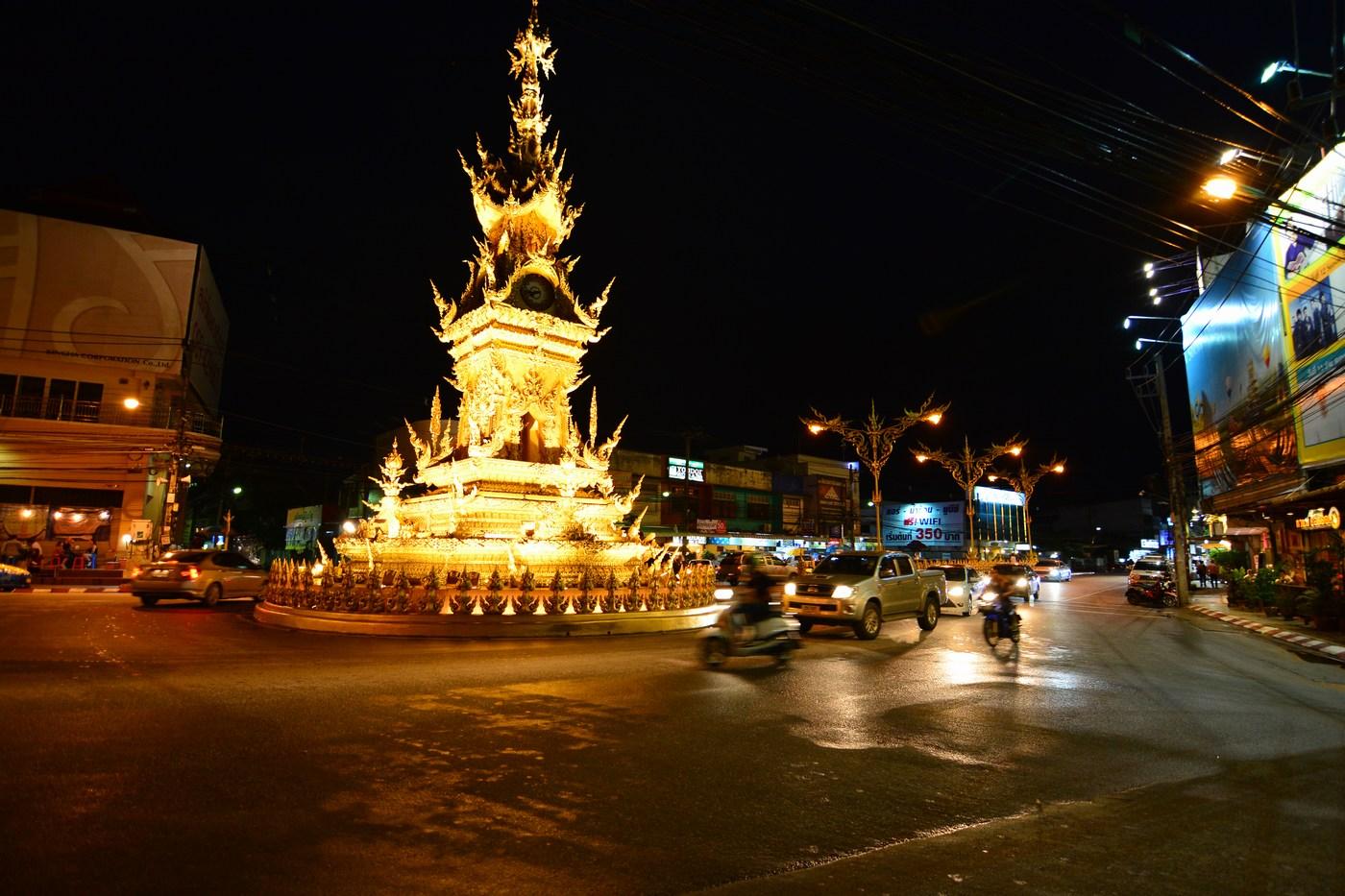 Inaugurée en 2008, l'exubérante tour de l'horloge est vite devenue un des symboles de la ville. On la doit à Chalermchai, le même artiste qui réalisa le Temple Blanc dont on reparlera plus tard.
