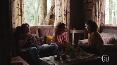 Rita (Alanis Guillen) e Rui (Romulo Arantes Neto) conversam com a parteira, em 'Malhação - Toda Forma de Amar' — Foto: TV Globo