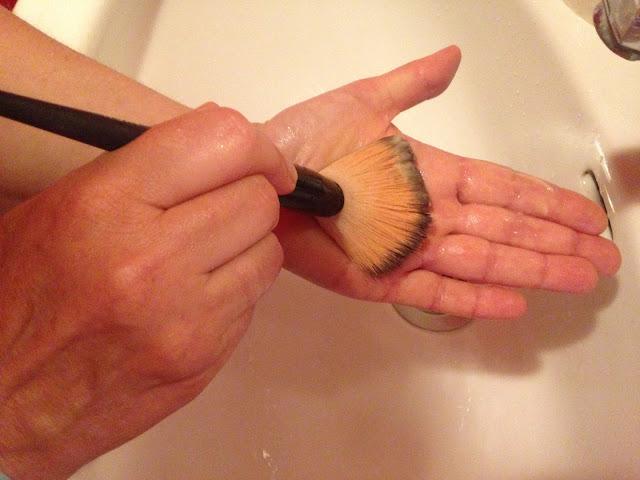 lavar pincéis de maquilhagem