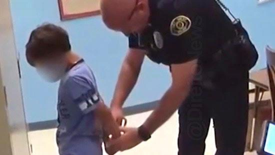 familia processa policia prender menino escola