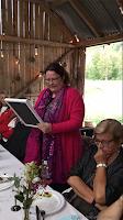 Gro Jeanette leser  dikt på låvefest!