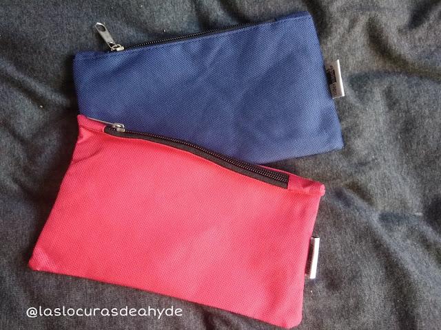 dos estuches de tela, azul y rojo
