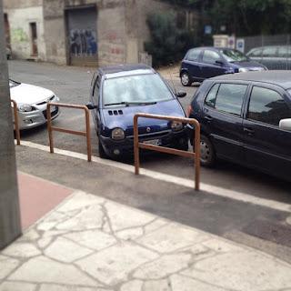 mali gradski automobil parkiranje