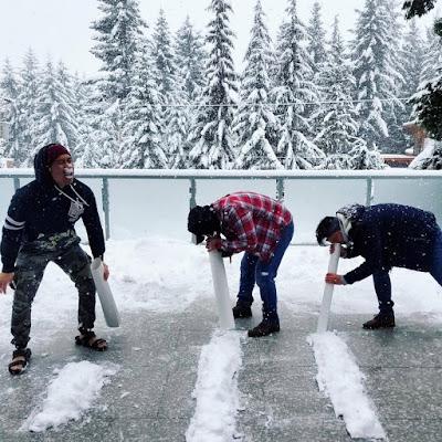 Lustige Männer - Schnee durch Nase ziehen