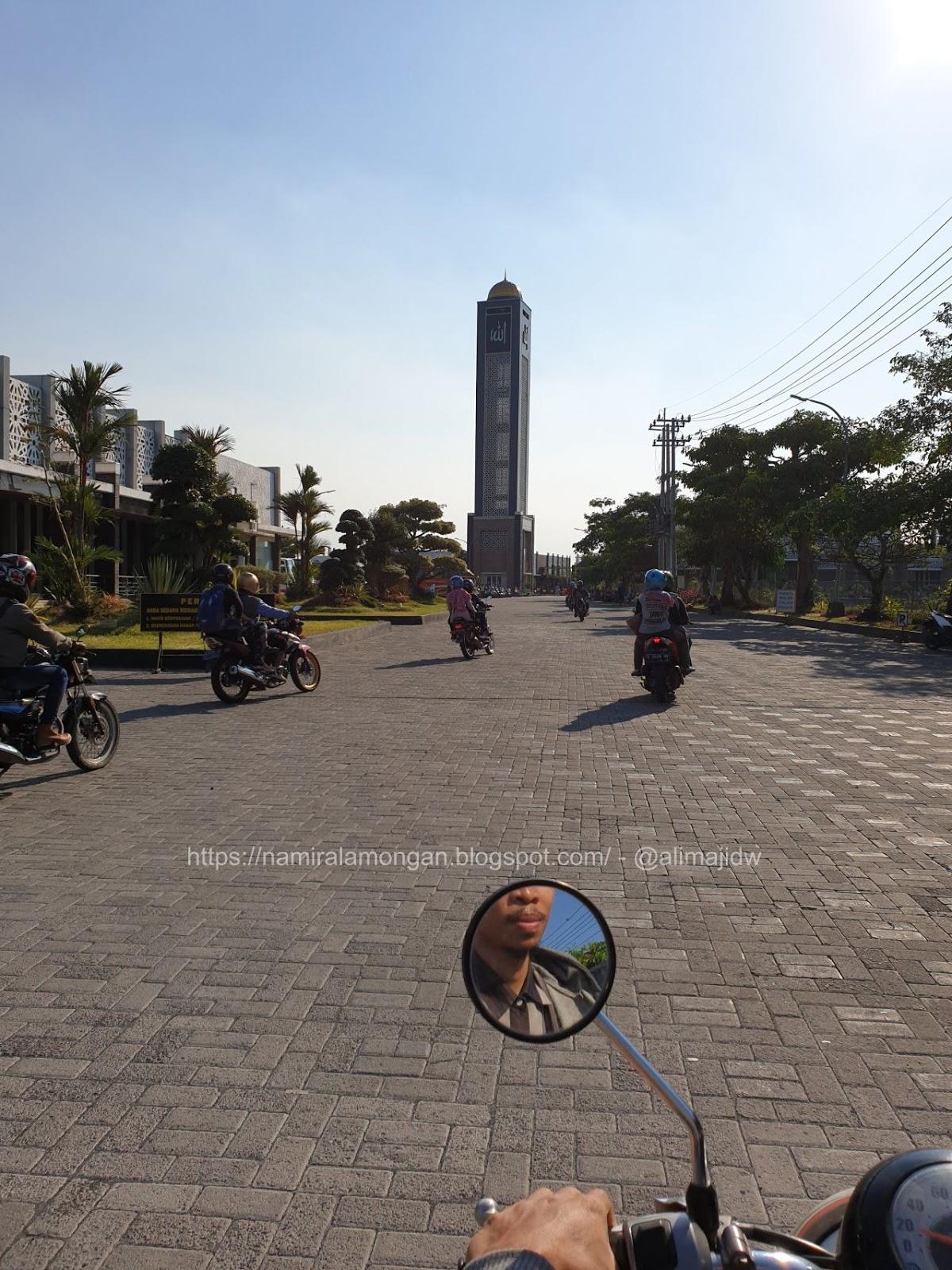 Foto Pintu Masuk Pinggir Jalan Masjid Namira Lamongan Masjid
