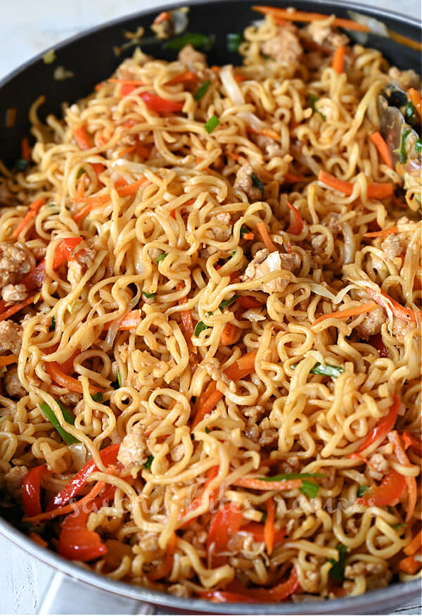 egg roll ramen skillet with minced chicken and veggies