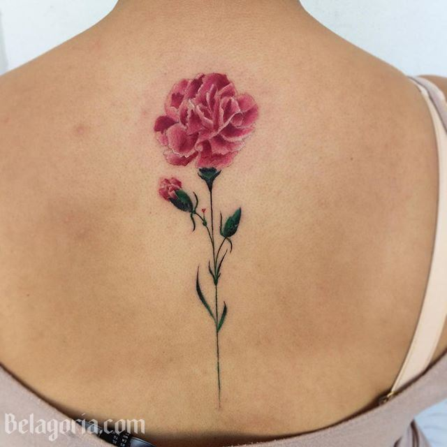 Foto de una mujer con un tatuaje de clavel