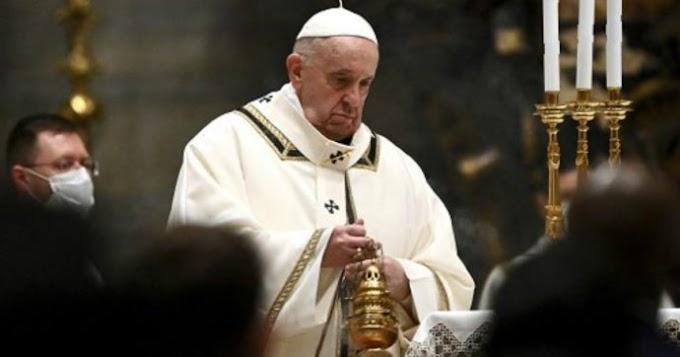 """Papa Francesco durante la messa di Natale: """"Non perdiamoci d'animo"""""""