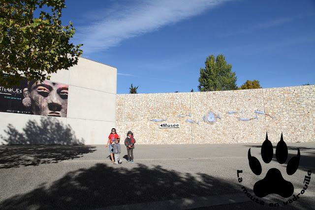 louveteaux-entree-musee-prehistoire-Quinson