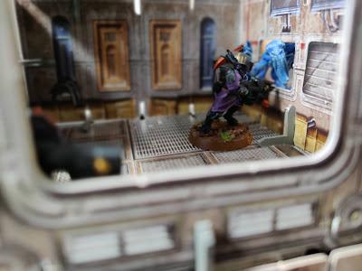 009 - A genestealer kill a Tau through a window