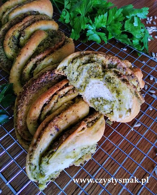 Pleciony chleb domowej roboty z pesto