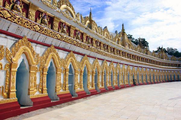 Pagoda U Min Thonze en la cumbre de Sagaing Hill (Myanmar)