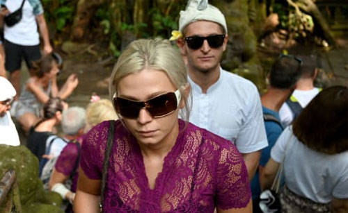 Vloggers Sabina Dolezalova dan Zdenek Slouk dikecam karena berperilaku tidak pantas di kuil Bali. Sonny Tumbelaka / AFP / Getty Images