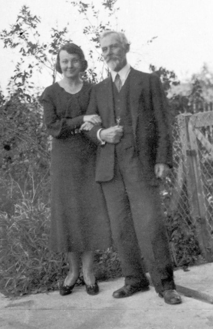Олена Теліга з батьком, професором гідравліки, гідрології та гідротехніки І. П. Шовгеновим