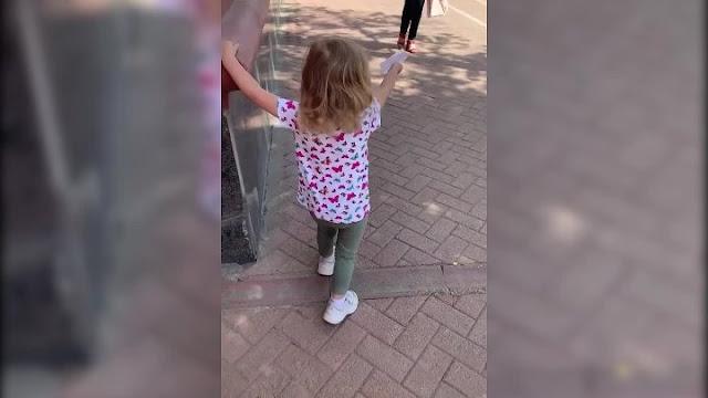 В Перми 3-летняя девочка раздает листовки, пытаясь накопить на операцию