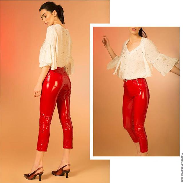 Mod amujer pantalones rojos de vinilo. Moda primavera verano 2019.