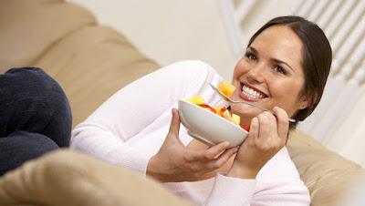 how-to-lose-weight-without-harming-skin woman girl eat healthy food كيف تتخلصين من شحوب الوجه أثناء الرجيم امرأة فتاة بنت تأكل طعام صحى فواكهه