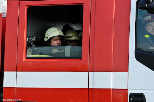Ugunsdzēsējs skatās caur mašīnas logu