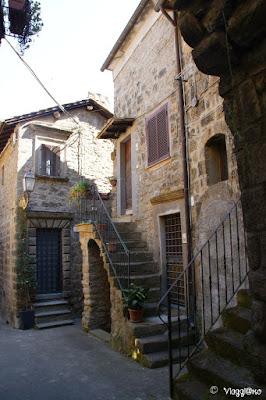 Scalette e fiori del borgo medievale di Bomarzo