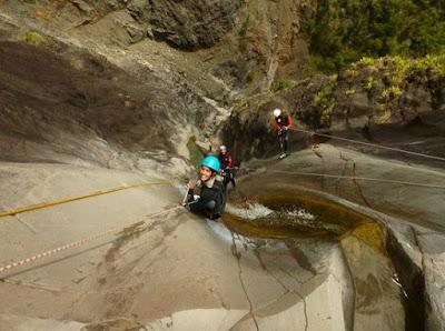 Personne pratiquant du canyoning avec materiel à la Réunion.