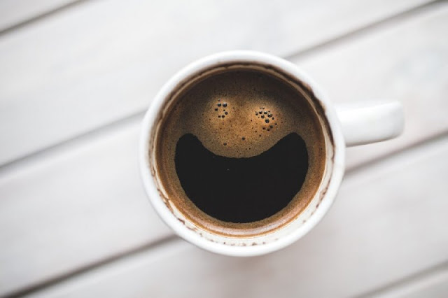 peminum kopi hitam tanpa gula