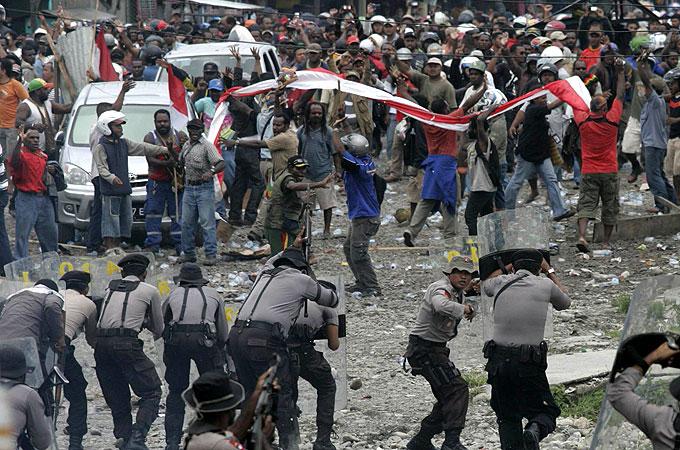 Demo Karyawan Freeport Ricuh, 38 Motor Dirusak dan 4 Mobil Dibakar