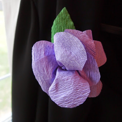 Crepe Paper Boutonnieres via @mvemother