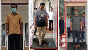 Wali Kota dan Wakil Wali Kota Bima Uji Coba Bilik Sterilisasi Cegah Covid-19 Karya Posyantek Mekar Jaya