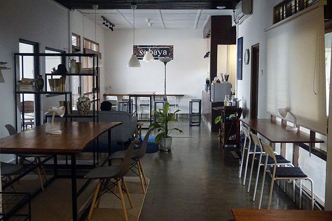 Penataan meja dan kursi di ruangan dalam