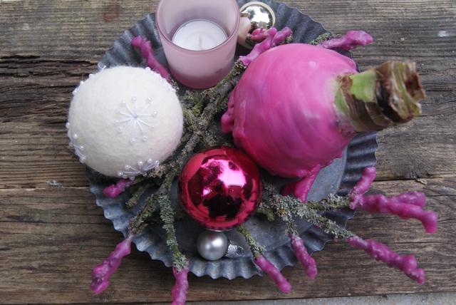 Deko Amaryllis mit Wachsüberzug und Weihnachtsschmuck