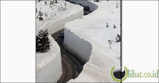 Membelah Tebing Salju