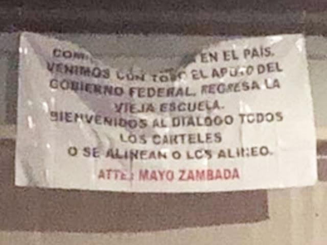 """En tierra de Los Arellano Félix aparecen mantas firmadas a nombre de El Mayo Zambada """"venimos con apoyo del gobierno o se alinean o los alinea""""."""