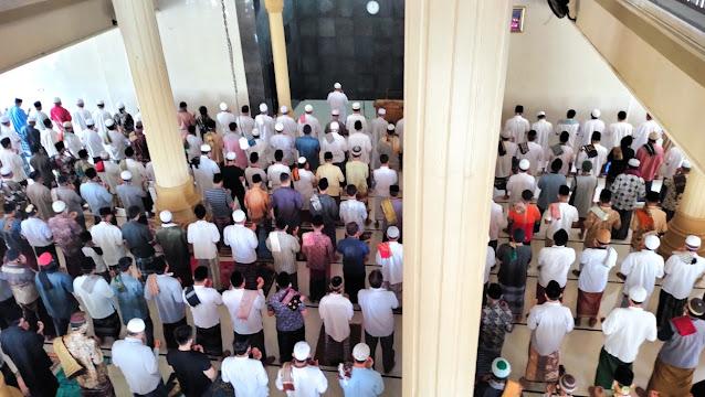 Jamaah Masjid Al Muslimun Selong Shalat Ghaib untuk Syekh Ali Jaber