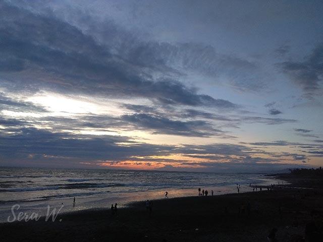 sunset tertutup awan di pantai kedungu